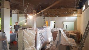 On prépare l'installation du faux-plafond magasin informatique