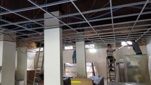On installe le faux plafond dans le magasin informatique à Versailles